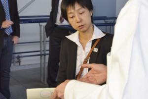Yoko Horiguchi lässt sich die Dichtheitsprüfung an Schlauchlinerproben erklären
