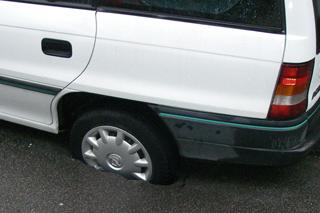 Auto steckt mit Hinterrad im Tagesbruch fest.