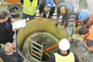 Einbau des Innenschachts in den Prüfstand. Der Ringraum zum Altschacht wird mit Mörtel verfüllt.