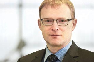 Portrait von Mann mit Brille und rotblonden Haaren