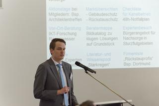 Mirko Salomon, IKT, erläutert das Konzept des Starkregen-Forschungsprojekts