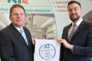 IKT-Niederlassungsleiter Sebastiaan Luimes (r.) übergibt das LinerReport-Siegel an Stephan Hamers von Hamers Leidingtechniek.