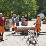 Besprechung an der Prüfanlage für Kanalreinigungsfahrzeuge