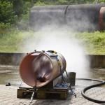 Kanalreinigungsdüse spritzt Wasser aus Testrohr