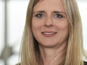 Portrait von Frau mit blauen Augen und langen blonden Haaren