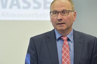 Mann mit Brille, Anzug und Krawatte