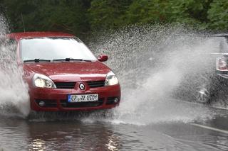Fahrzeug auf überfluteter Straße