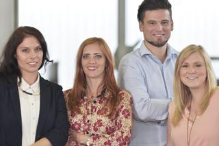 Gruppenbild mit drei Frauen und einem Mann
