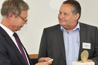 Jörg Michutta erhält den Goldenen Kanaldeckel