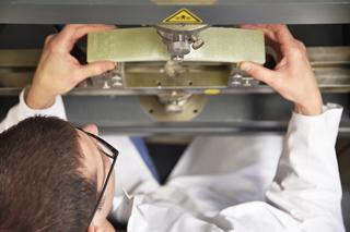 Prüfung an Linerprobe im IKT-Labor