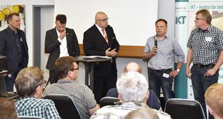 Fünf Männer bei einer Podiumsdiskussion