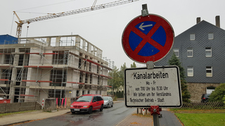 Halteverbotsschild wegen Kanalbauarbeiten