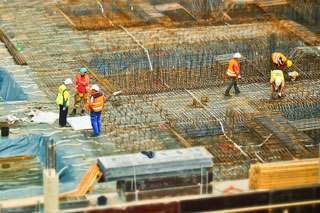 Baubesprechung auf Baustelle aus der Vogelperspektive