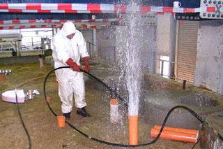 Wasserfontäne aus Rohr bei Hochdruckreinigung