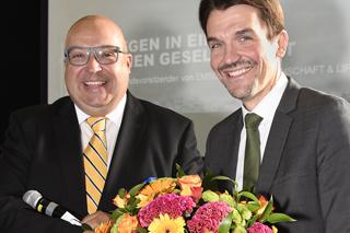 Waniek und Paetzel mit Blumenstrauß