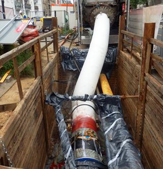 Baustelle mit Baugrube, Sanierung einer Druckleitung mit Liner
