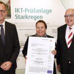Ministerin überreicht Förderbescheid: IKT baut Halle mit neuer Starkregen-Prüfanlage