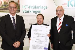 NRW-Umweltministerin Ulrike Heinen-Esser überreicht Roland Waniek und Bert Bosseler den Förderbescheid