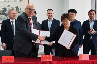 Unterzeichnung der Kooperationsvereinbarung in Nanjing Handshake