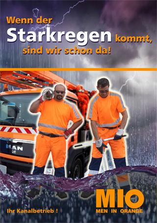 Anzeige Starkregenvorsorge mit zwei orange gekleideten Mitarbeitern eines Kanalbetriebs vor einem orangefarbenen Spülfahrzeug
