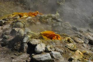 dampfende Fumarolen aus Felsen und Schwefel