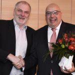 zwei Männer, Blumenstrauß - Hans-Joachim Bihs gratuliert Roland Waniek