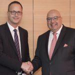 zwei Männer in Anzügen, Gratulation - Bert Bosseler gratuliert Roland Waniek