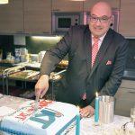 Mann schneidet Torte an