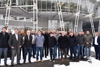 Gruppenfoto im Schnee vor Institutsgebäude