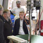 vier Männer bei der Vorführung von Sanierungstechnik