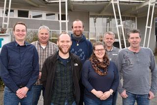 Gruppenbild mit sieben Personen vor einem Gebäude