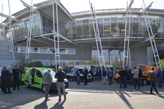 Ausstellung mit Elektroautos vor dem Institutsgebäude des IKT