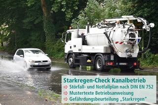 Kanalreinigungsfahrzeug und Pkw auf überschwemmter Straße