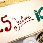Rechteckige weiße Torte mit roter und grüner Schrift