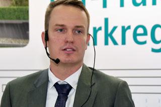 Mann in Anzug mit Headset