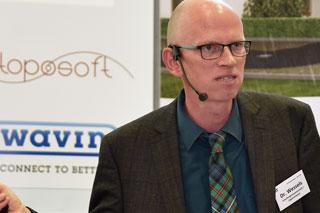 Mann mit Brille im Anzug während seines Vortrags