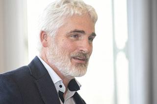 Portrait von Mann mit weißen Haaren und Bart