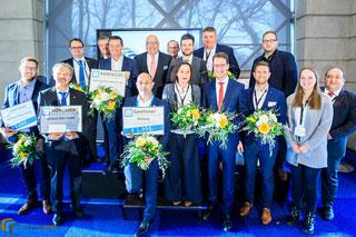 Gruppenbild von festlich angezogenen Menschen mit Blumensträußen in den Händen