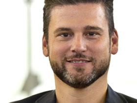 Portrait von Mann mit dunklem Bart