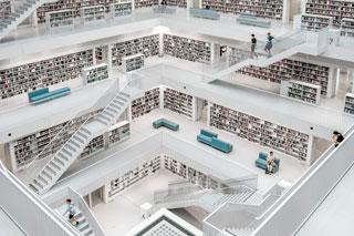 Atrium einer Bibliothek mit Bücherwänden und Treppen