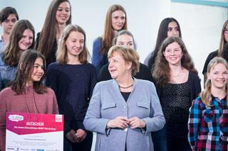 Gruppenbild mit Bundeskanzlerin Angela Merkel und vielen Schülerinnen