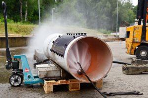 Kanalreinigungsdüse spritzt Wasser in Testkanalrohr