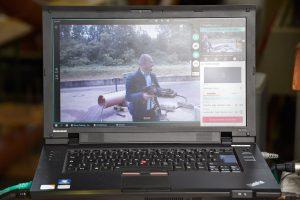 Bildübertragung auf schwarzen Laptop