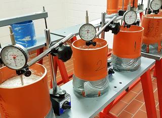 Proben von Flüssigboden werden im Labor auf ihr Schwindverhalten untersucht