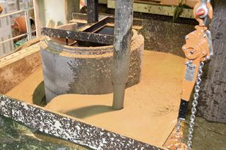 Flüssigboden (ZFSV) wird in Versuchsstand eingefüllt