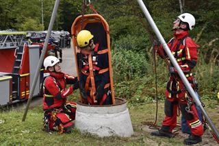 Feuerwehrleute bei der Rettung eines Verletzten aus der Kanalisation
