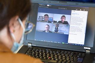 Laptop mit Videokonferenz auf dem Bildschirm