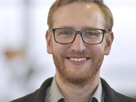 Portrait eines jungen Manns mit Brille