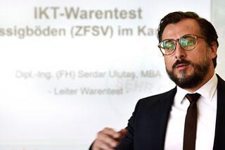Mann mit Bart und Brille hält Vortrag