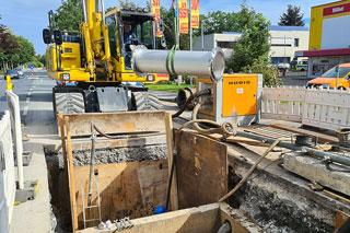 Baugrube einer Kanalbaustelle mit Bagger